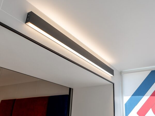 101-100-40-128 / Линейный светодиодный накладной двусторонний светильник 128см 50W 3000K черная шагрень